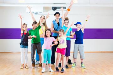 Tanzlehrer gibt Kindertanzen Zumba Fitness in Tanzstudio