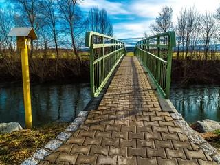 Brücke am Fluss verspricht Bergblick
