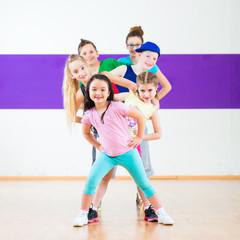 Kinder trainieren Zumba Fitness in Tanzschule