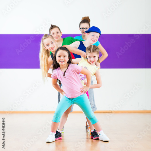 Leinwanddruck Bild Kinder trainieren Zumba Fitness in Tanzschule