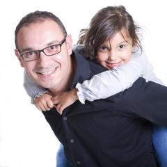 ritratto di padre e figlia su sfondo bianco