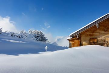 eingeschneite Schihütte im Schigebiet