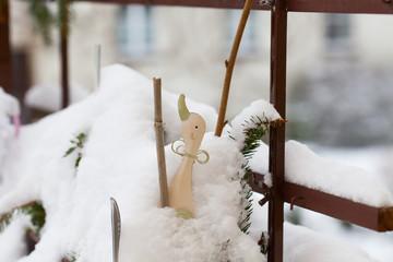 winter time - Blumenkasten im Schnee mit Gans