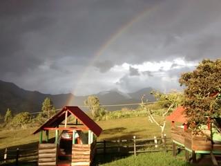 Cabaña bajo arcoiris