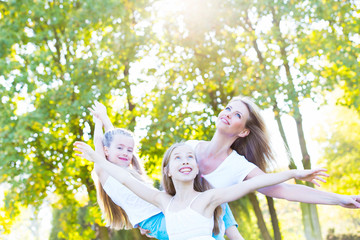 Mutter mit Ihren Töchtern in der Natur
