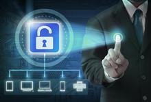 Strony naciśnięcie przycisku bezpieczeństwa wirtualnego na tle cyfrowych.
