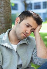 Junger Mann mit Depressionen im Park