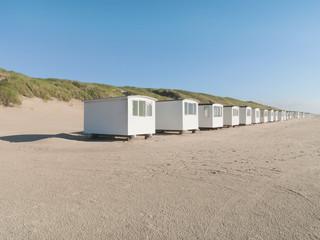Weisse Häuser am Strand im Sommer