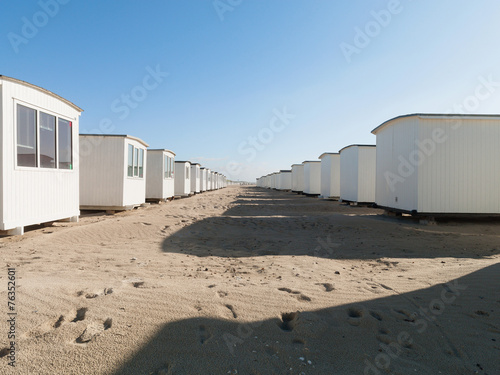 canvas print picture Weisse Häuser am Strand im Sommer