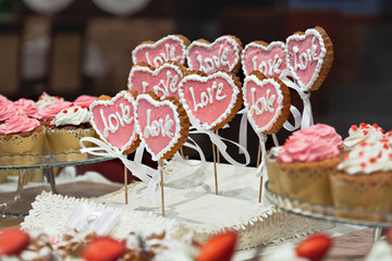 "Cookies in the shape of a heart with the inscription ""love""."