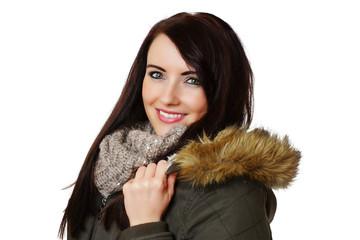 lächelnde Frau in Winterkleidung