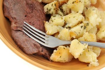 Steak de bœuf et pommes de terre aux herbes