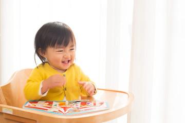 楽しく遊ぶ子供