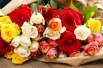 wunderschöner, bunter Rosenstrauß