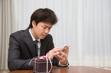 プレゼントを準備する男性