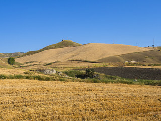 Landwirtschaftliches Anwesen in Kornfeldern bei  Enna, Sizilien