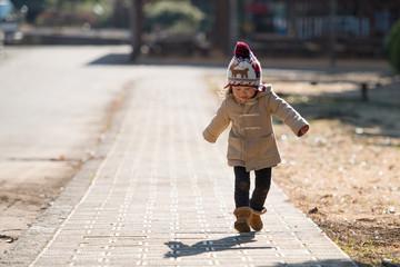 歩道を歩く少女