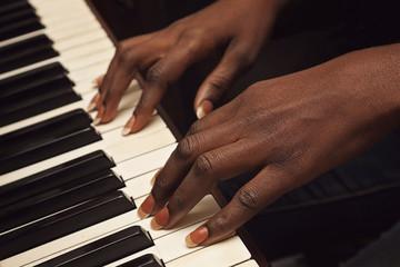 femme africaine jouant du piano
