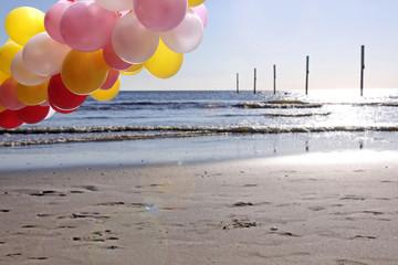bunte luftballons am strand