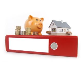 Haus und Sparschwein auf einem Ordner