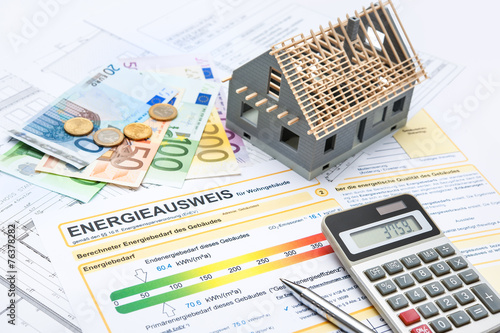 Energieausweis und Modell des Hauses - 76378282