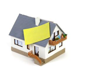 Haus mit Haftnotiz