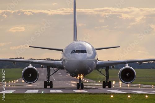 Papiers peints Avion à Moteur Plane on the runway
