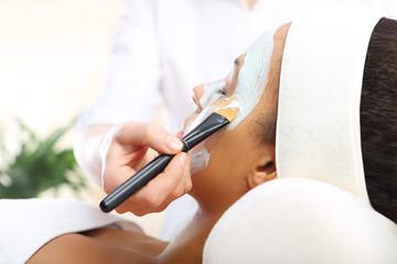 Kosmetyczka nakłada maseczkę, oczyszczanie skóry twarzy