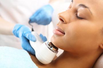 Ultradżwięki, kobieta w salonie kosmetycznym