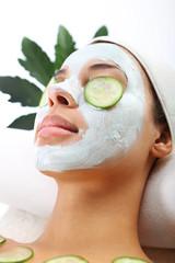 Chwila relaksu, kobieta u kosmetyczki, zielona maseczka