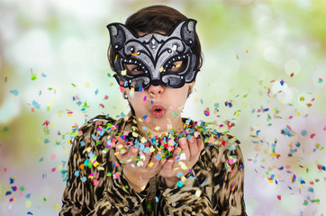 Jugendliches Mädchen mit Katzenmaske