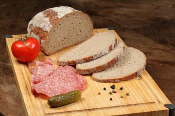 Salami mit Brot