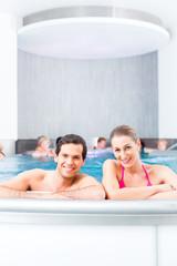 Paar badet zusammen im Schwimmbad Pool