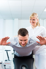 Physiotherapeut behandelt Patient in Praxis
