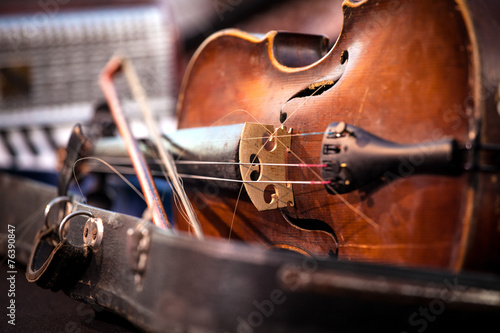 Staande foto Theater Vintage old used violin and bow
