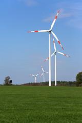 Windräder neben Hochstand