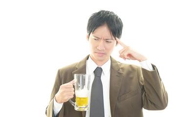 ビールを飲みすぎたビジネスマン