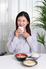 食事を楽しむ女性