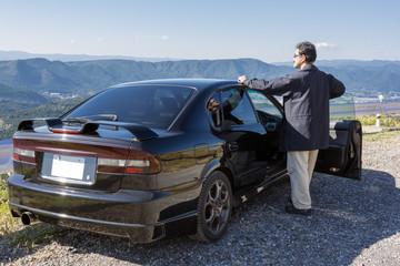 山々と車と男性