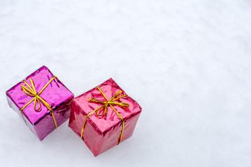 雪の上のギフトボックス