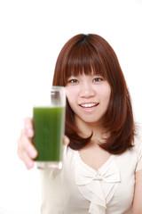 青汁を勧める女性