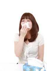 アレルギー性鼻炎に苦しむ女性
