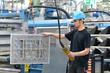 Facharbeiter im Maschinenbau bedient Kran // Engineering