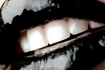 Чёрные губы с блеском