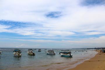 Моторные лодки на берегу индийского океана