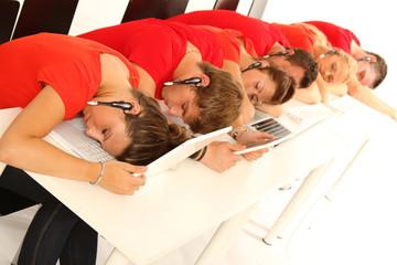 Mitarbeiter schlafen während der Arbeit