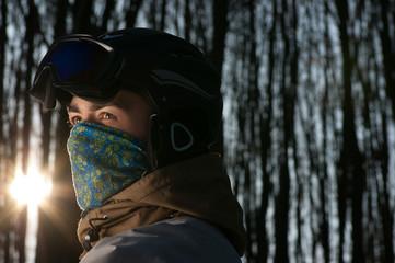 Сноубордист в шлеме и бафе