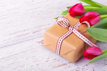 Geschenk mit Blumen im Frühling