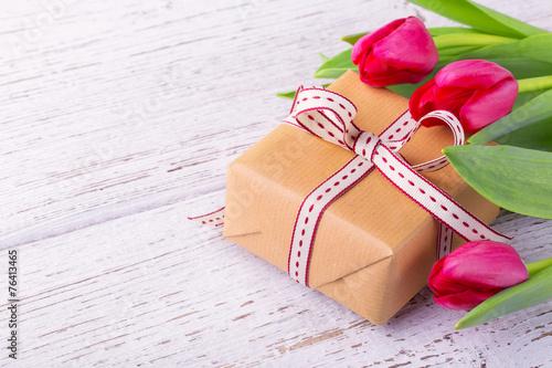 canvas print picture Geschenk mit Blumen im Frühling