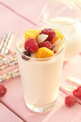 Frischer Joghurt mit Fruechten